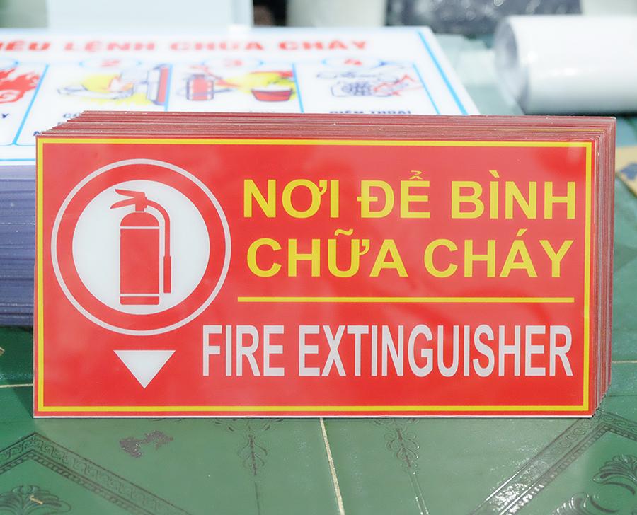 Bảng chỉ dẫn nơi để bình chữa cháy bằng mica 15x30cm
