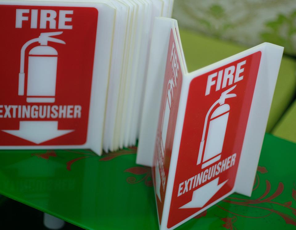 Bảng Mica Fire Extinguisher vị trí bình chữa cháy gắn tường