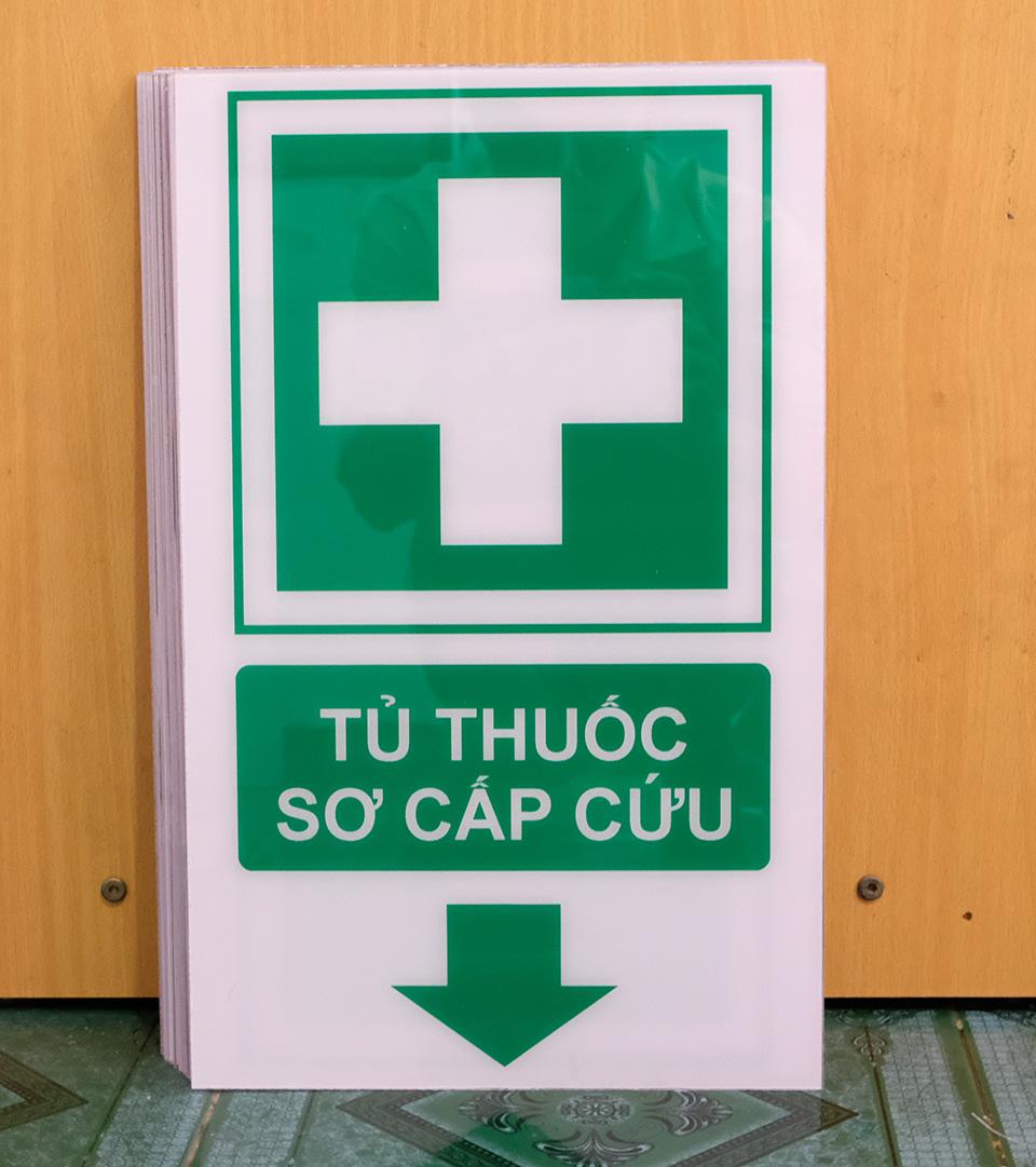 Biển báo Mica khu vực tủ thuốc sơ cấp cứu 30x40cm