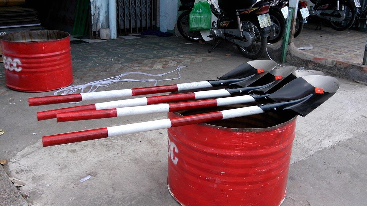 Xẻng xúc cát PCCC 1m2 sơn trắng đỏ cán gỗ