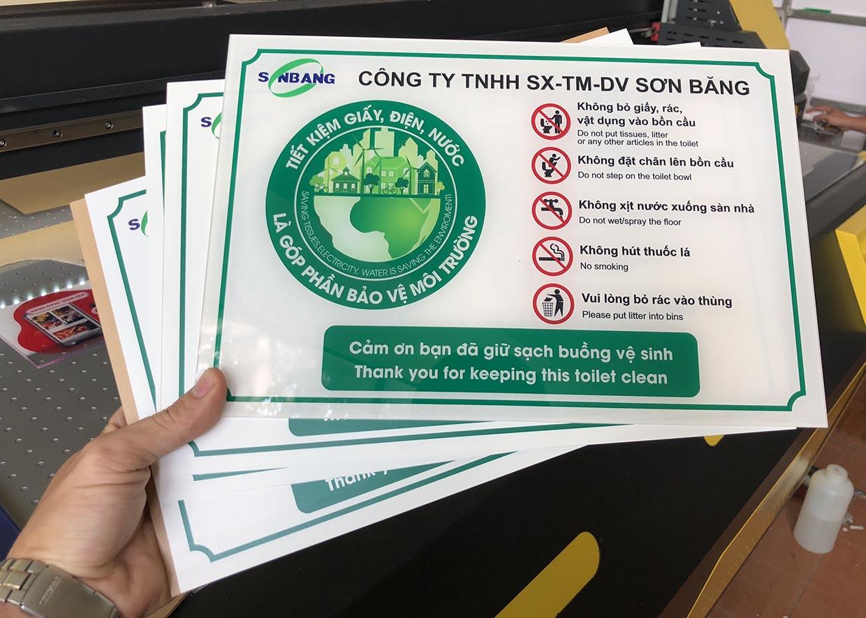 bảng mica hướng dẫn giữ sạch buồng vệ sinh