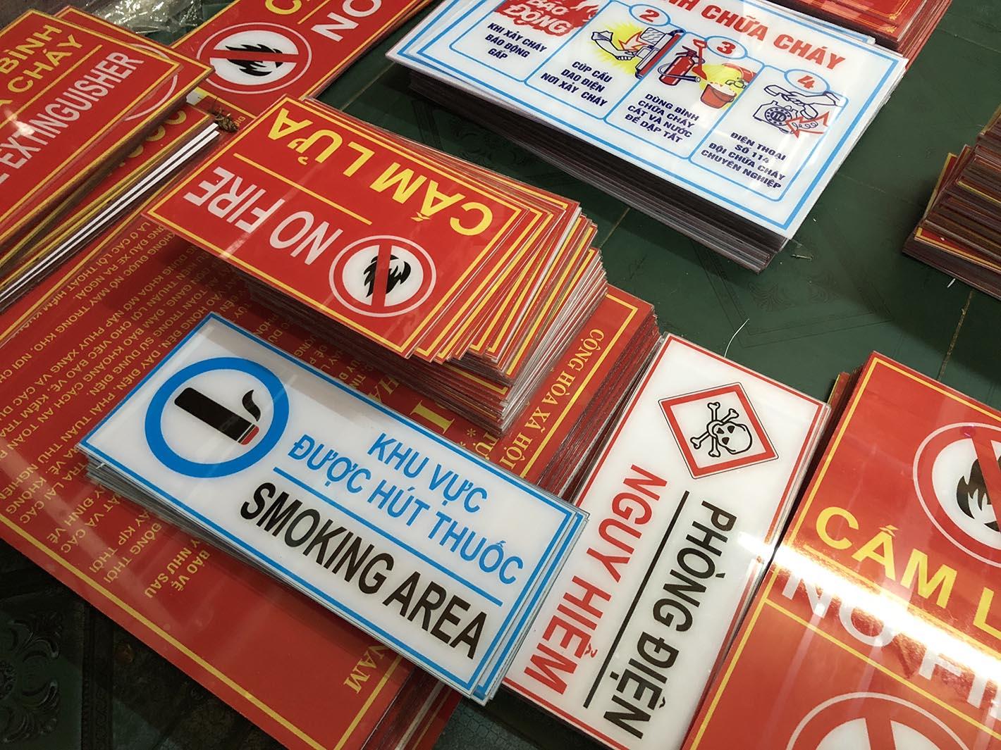 bảng khu vực được hút thuốc / smoking area
